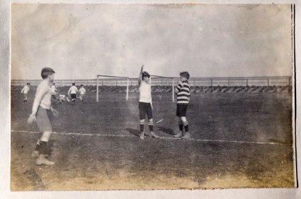 Oude zwart-wit foto van voetballers